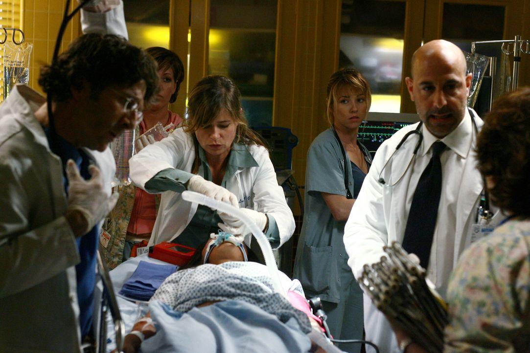 Neela (Parminder Nagra, liegend) ist auch unter den Verletzten; sie ist schwer verletzt und wird sofort von Dr. Dubenko (Leland Orser, l.), Abby (Ma... - Bildquelle: Warner Bros. Television