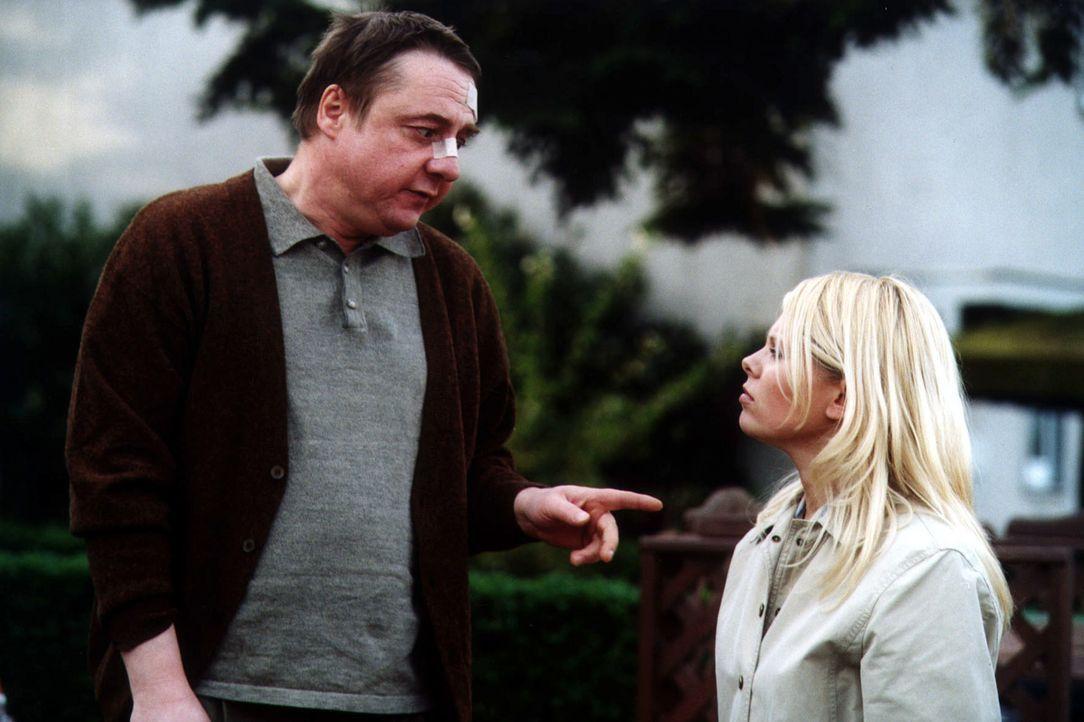 Natalie (Anne Sophie Briest, r.) hofft, dass sich Herr Lempe (Leonhard Mader, l.) als Zeuge zur Verfügung stellen wird, doch er weigert sich ... - Bildquelle: Sat.1