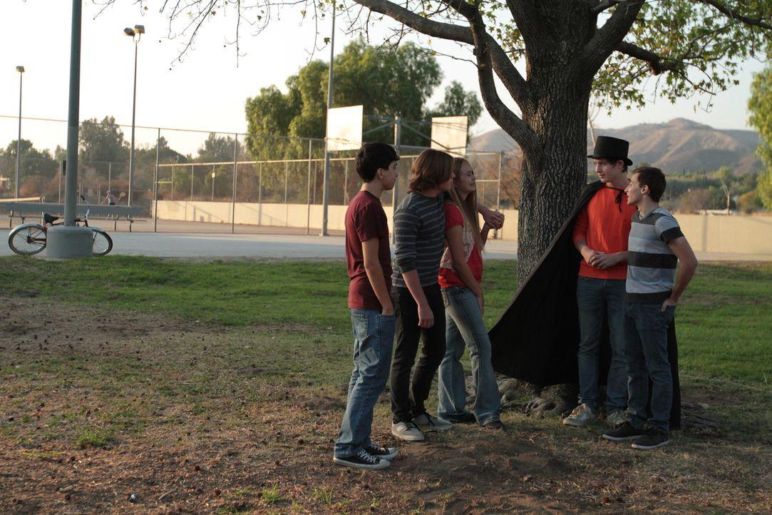 Perfider Plan: Der ausgestoßene Jon Benson (2.v.r.) versucht, in einem Park die Gunst der beliebten Kinder zu gewinnen, indem er ihnen Freibier anbi... - Bildquelle: LMNO Cable Group