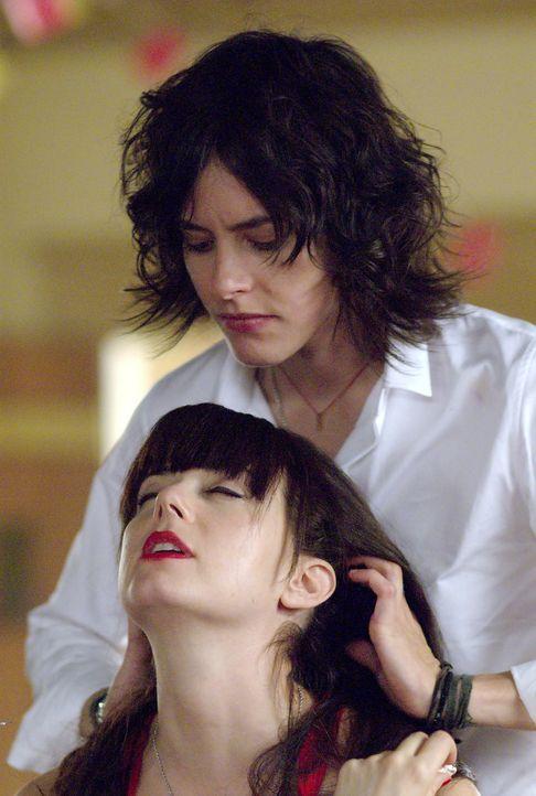 Shane (Katherine Moennig, r.) ist für ihre Freundin Jenny (Mia Kirshner, l.) nicht nur in Sachen Frisuren immer zur Stelle.... - Bildquelle: Metro-Goldwyn-Mayer Studios Inc. All Rights Reserved.