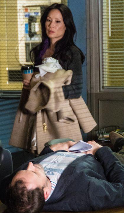 Während Joan Watson (Lucy Liu, l.) verhindern muss, aus ihrer eigenen Wohnung geschmissen zu werden, heftet sich Sherlock Holmes (Jonny Lee Miller,... - Bildquelle: CBS Television