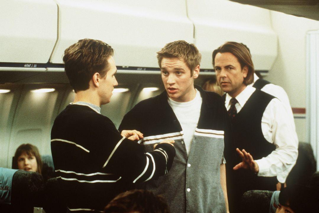 Als Alex (Devon Sawa, M.) im Flugzeug nach Paris von einer Absturz-Vision geplagt wird, dreht er durch und wird prompt hinausgeschmissen ... - Bildquelle: New Line Cinema