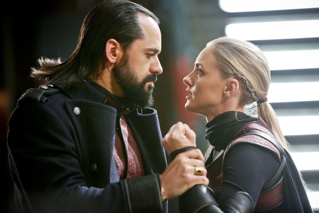 Könnte Vandal (Casper Crump, l.) tatsächlich seine eigene Tochter Cassandra (Jessica Sipos, r.) schlussendlich zum Verhängnis werden? - Bildquelle: 2015 Warner Bros.