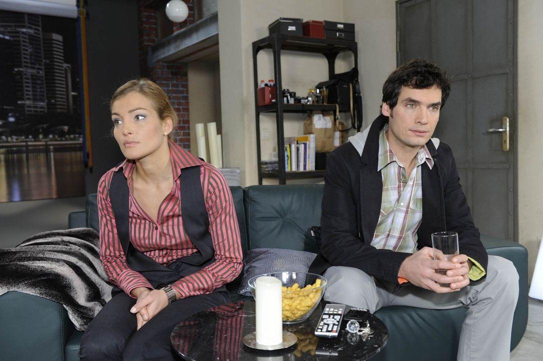 Während Alexander (Paul Grasshoff, r.) und Mia versuchen ihren Plan umzusetzen, ist David aus Liebe zu seiner Schwester Annett (Tanja Wenzel, l.) z... - Bildquelle: SAT.1