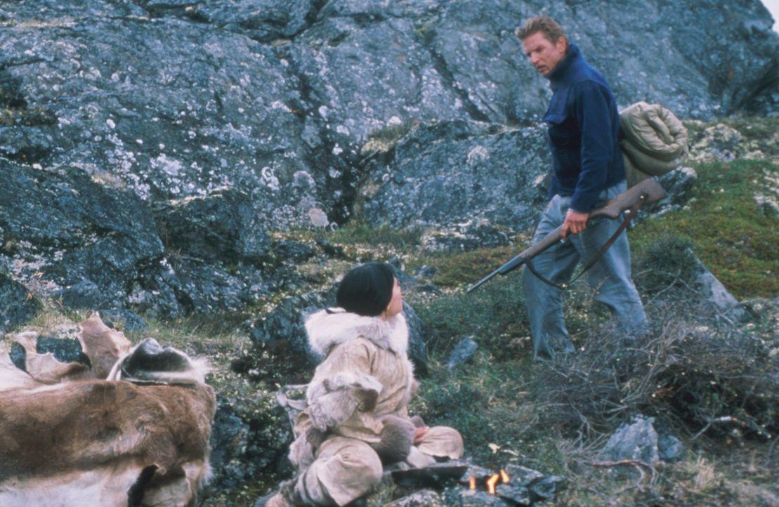 Müssen sich in der Wildnis der arktischen Tundra durchschlagen: Charlie Halliday (Barry Pepper, r.) und Kanaalaq (Annabella Piugattuk, l.) - Bildquelle: Overseas Filmgroup