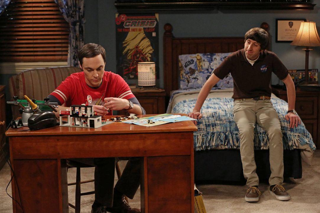 Howard (Simon Helberg, r.) und Sheldon (Jim Parsons, l.) sind noch immer gemeinsam in Texas unterwegs und wollen Sheldons Mutter einen Überraschungs... - Bildquelle: Warner Brothers