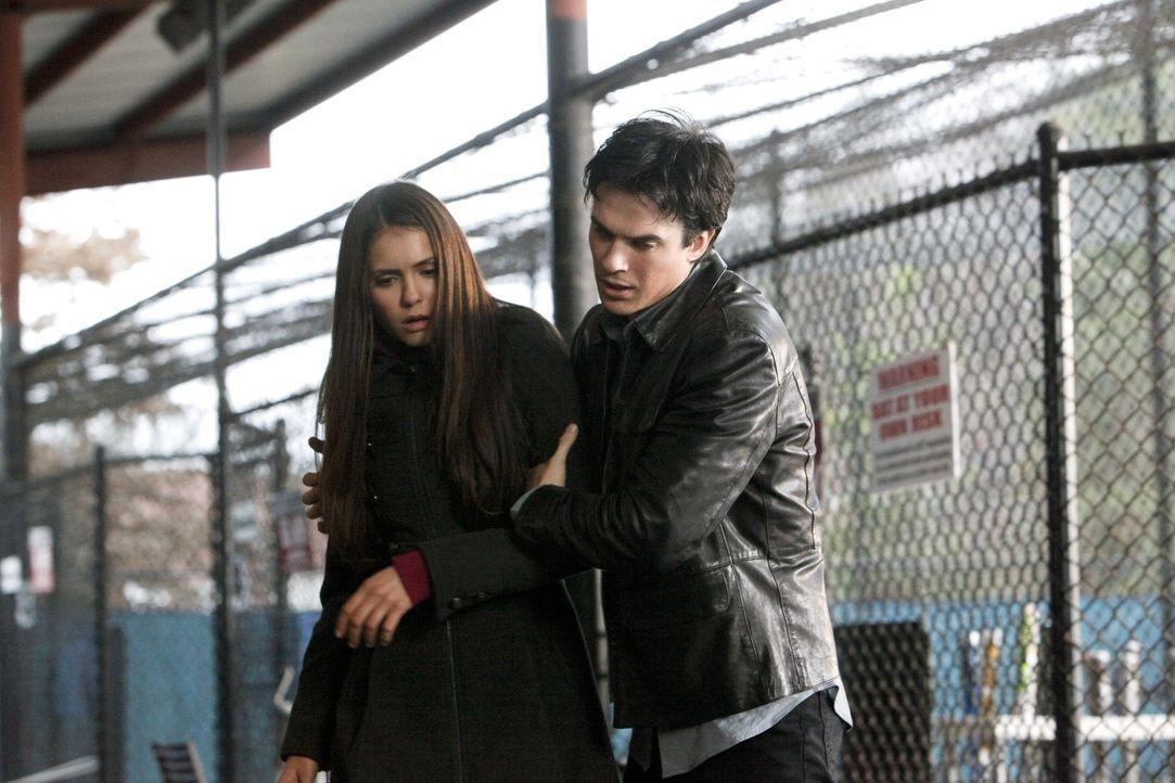 Nachdem er Kol zur Strecke gebracht hat, kümmert sich Damon (Ian Somerhalder, r.) um Elena (Nina Dobrev, l.), der der Schreck über den plötzliche... - Bildquelle: Warner Brothers