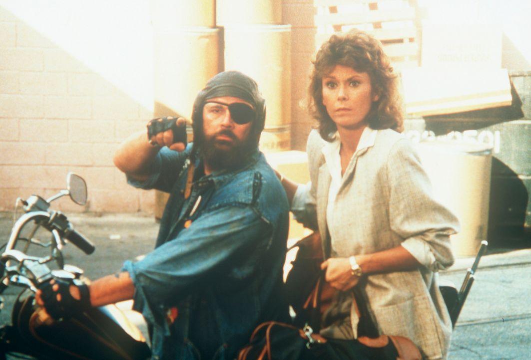 Mit einer Tasche voller Geld wird Amanda King (Kate Jackson, r.) von einem der Erpresser zu einem geheimen Treffpunkt gebracht. - Bildquelle: CBS Television