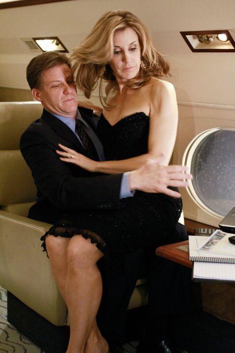 Lynette (Felicity Huffman, r.) genießt voll und ganz die Vorzüge von Toms (Doug Savant, l.) neuem Job ... - Bildquelle: ABC Studios
