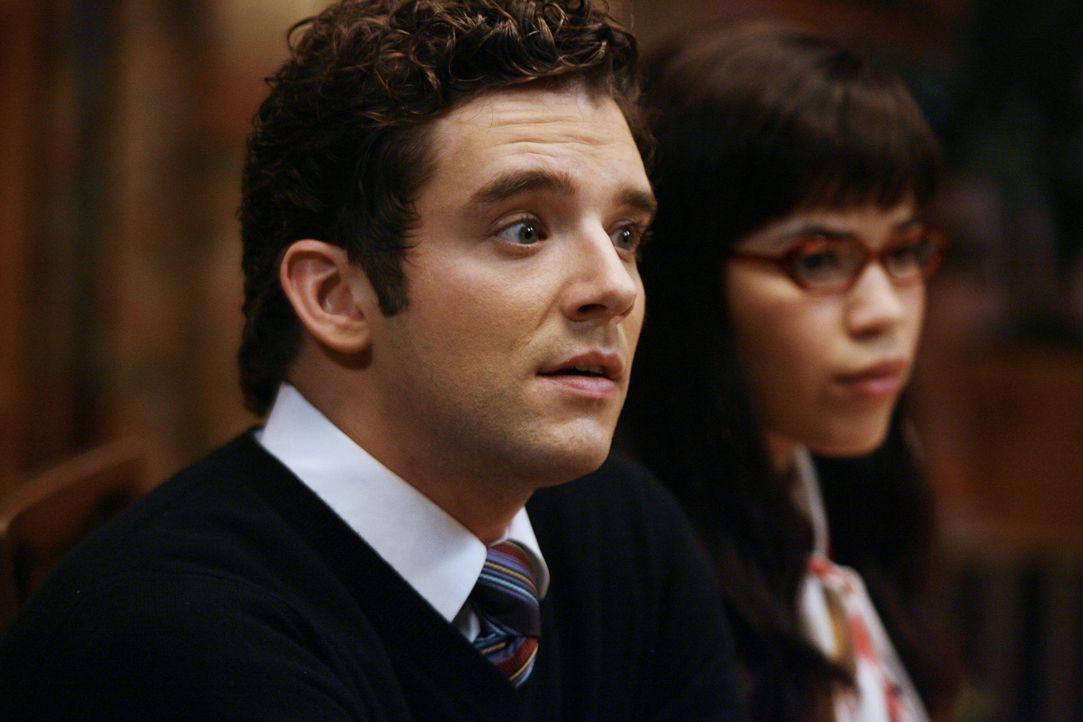 Als Amanda Betty (America Ferrera, r.) als seine neue Freundin ausgibt, hat Marc (Michael Urie, l.) ein echtes Problem ... - Bildquelle: Buena Vista International Television