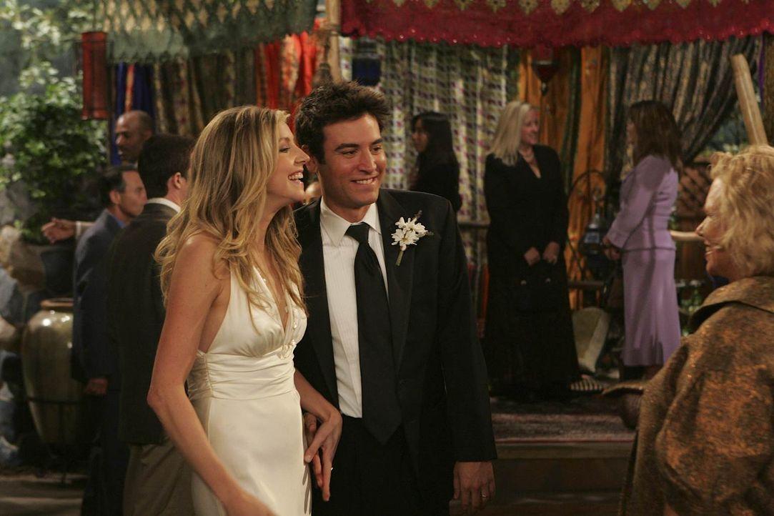 Da Stellas Schwester drei Tage vor ihrer Hochzeit der Bräutigam abhanden gekommen ist, übernehmen Stella (Sarha Chalke, l.) und Ted (Josh Radnor, M.... - Bildquelle: 20th Century Fox International Television