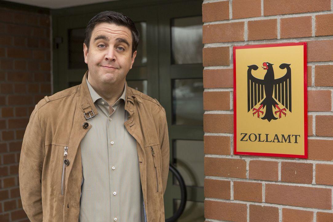 Bastian (Bastian Pastewka) wird beim Zollamt mit den Tücken der deutschen Bürokratie konfrontiert ... - Bildquelle: Frank Dicks SAT.1