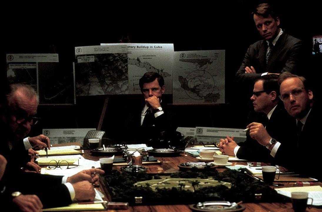 Gebannt wartete die Welt auf die Reaktion des amtierenden US-Präsidenten John F. Kennedy (Bruce Greenwood, M.) und hofft, dass ein apokalyptischer... - Bildquelle: TM &   2001 NEW LINE PRODUCTIONS. INC.  ALL RIGHTS RESERVED.