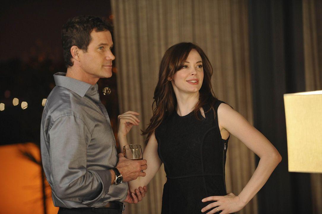 Während Sean (Dylan Walsh, l.) Besuch von seiner Tochter Annie bekommt, wird Teddy (Rose McGowan, r.) durch eine Patientin in der Praxis, mit ihrer... - Bildquelle: Warner Bros. Entertainment Inc. All Rights Reserved.