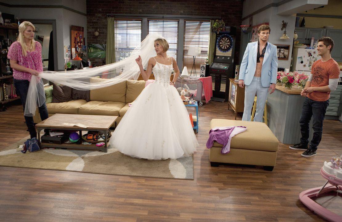 Riley (Chelsea Kane, 2.v.l.) greift ihrer Freundin Katie bei deren Hochzeitsplanung unter die Arme. Während sie sich als Brautkleid-Modepuppe zur Ve... - Bildquelle: Randy Holmes ABC Family