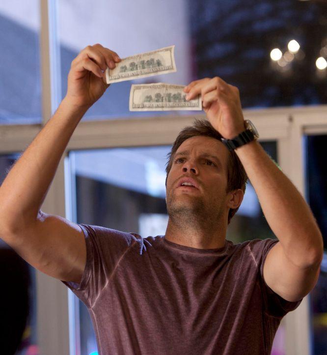 Durch Zufall kommt Walter (Geoff Stults) einem Geldfälscherring auf die Spur ... - Bildquelle: 2012 Twentieth Century Fox Film Corporation. All rights reserved.