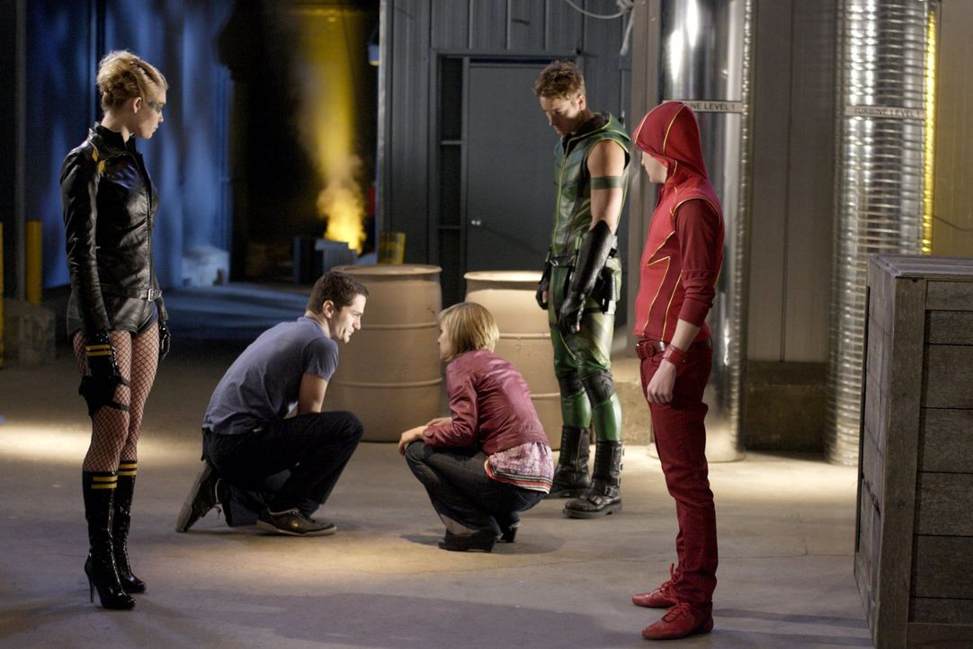 Zusammen mit Dinah (Alaina Huffman, l.) und Bart (Kyle Gallner, r.) schafft es der Green Arrow (Justin Hartley, 2.v.r.) Davis (Sam Witwer, 2.v.l.) z... - Bildquelle: Warner Bros.