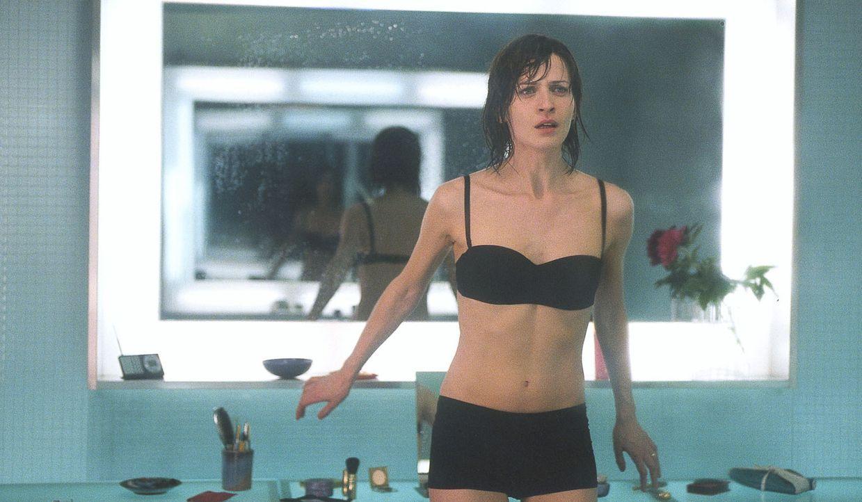 Als Anna Heymes (Arly Jover), Ehefrau eines hohen Beamten des französischen Innenministeriums, ihre ganze Vergangenheit infrage stellen muss, gerät... - Bildquelle: Tobis Film