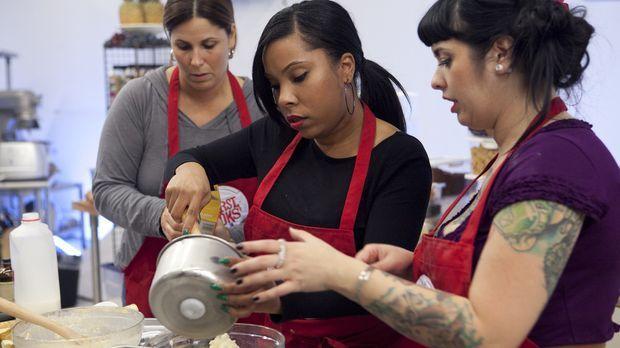 Das ist Teamwork: Rasheeda (M.) bekommt bei der Eis- und Waffelherstellung Un...
