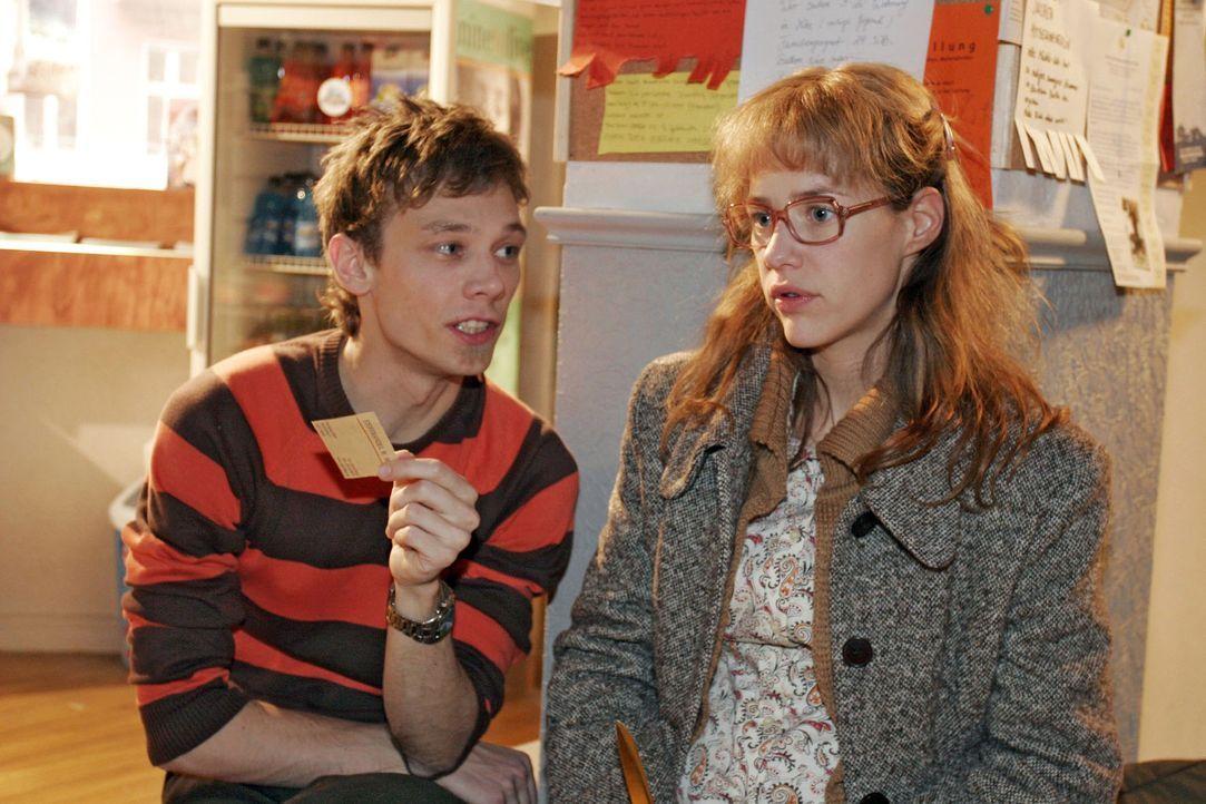 """Lisa (Alexandra Neldel, r.) schüttet Jürgen (Oliver Bokern, l.) ihr Herz aus und ärgert sich, dass sie David versprochen hat, sich """"diskret"""" zu v... - Bildquelle: Sat.1"""