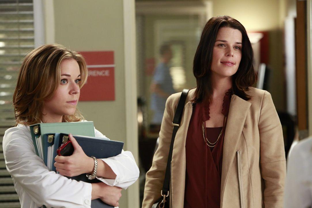 Während Heather (Tina Majorino, l.) sauer ist, weil sie von Meredith zum Telefondienst ab kommandiert wurde, taucht plötzlich Dereks Schwester Lizzi... - Bildquelle: ABC Studios