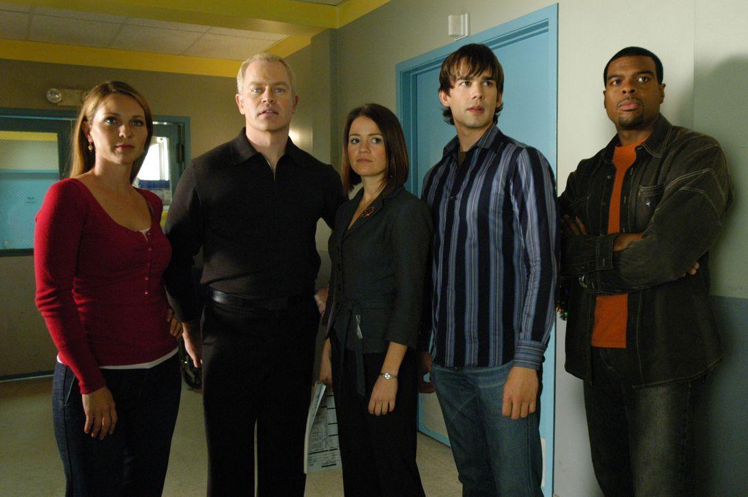 Dr. Natalie Durant (Kelli Williams, l.), Dr. Stephen Connor (Neal McDonough, 2.v.l.), Eva Rossi (Anna Belknap, M.),  Miles McCabe (Christopher Gorha... - Bildquelle: CBS Television