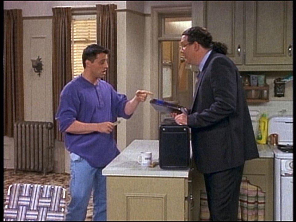 Ein Vertreter (Penn Jillette, r.) dreht Joey (Matt LeBlanc, l.) ein teures Lexikon an. - Bildquelle: TM+  2000 WARNER BROS.