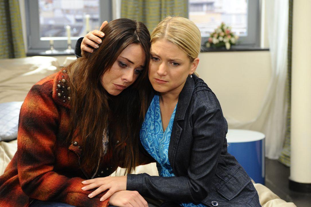 Maik ist in seiner Sorge um Paloma (Maja Maneiro, l.) hilflos und versteht ihren Rückzug zu Anna (Jeanette Biedermann, r.) als Absage ... - Bildquelle: SAT.1