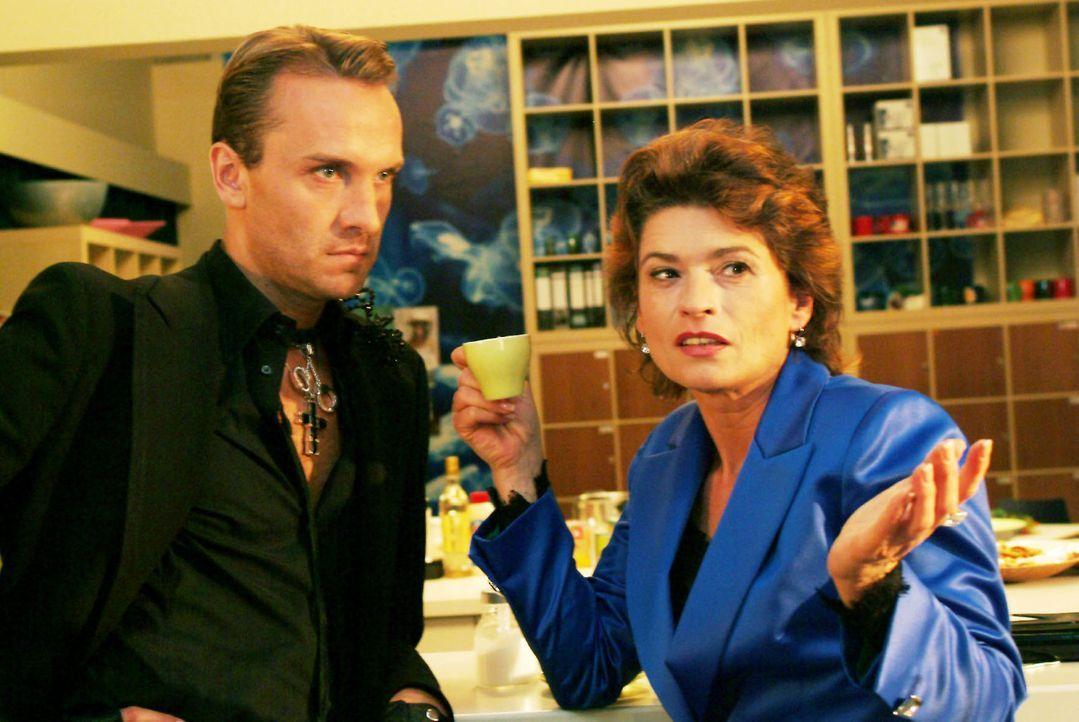 Hugo (Hubertus Regout, l.) beklagt sich bei Sophie (Gabrielle Scharnitzky, r.) über Richards konservative Mode-Pläne - und findet bei ihr Bestäti... - Bildquelle: Sat.1