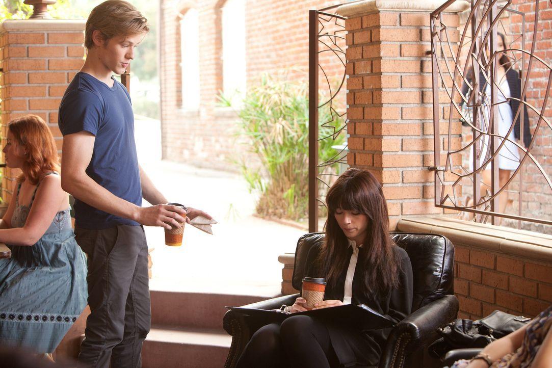 Scott (Lucas Till, l.) ahnt nicht, dass Bess (Crystal Reed, r.) sich unsterblich in ihn verliebt hat und jede Möglichkeit sucht, mit ihm in Kontakt... - Bildquelle: Squareone/Universum