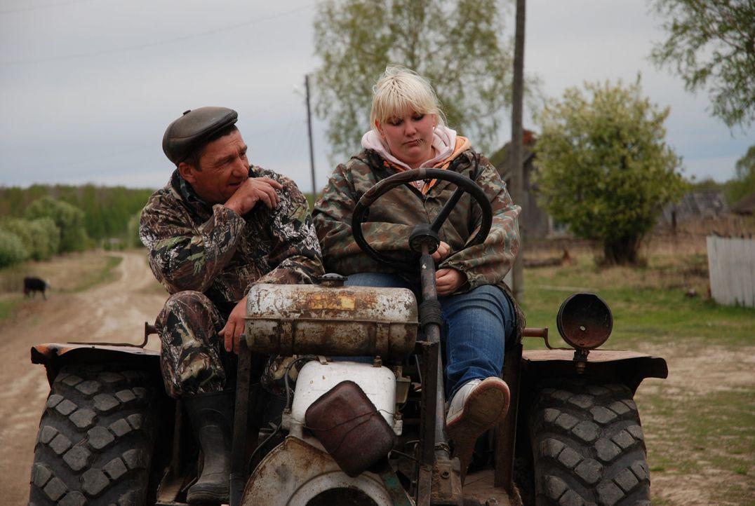 Im Dörfchen Narys, inmitten der sibirischen Einöde, soll Janine (r.) lernen, welche Rolle Arbeit im Leben spielt ... - Bildquelle: kabel eins