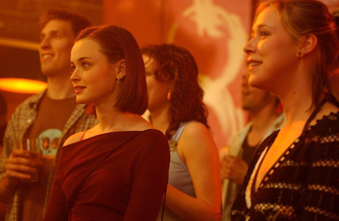 Rory (Alexis Bledel, l.) und Paris (Liza Weil, r.) wollen dem scheinbar endlosen Winter entfliehen und fliegen zum Springbreak nach Florida. Doch sc... - Bildquelle: 2003 Warner Bros.