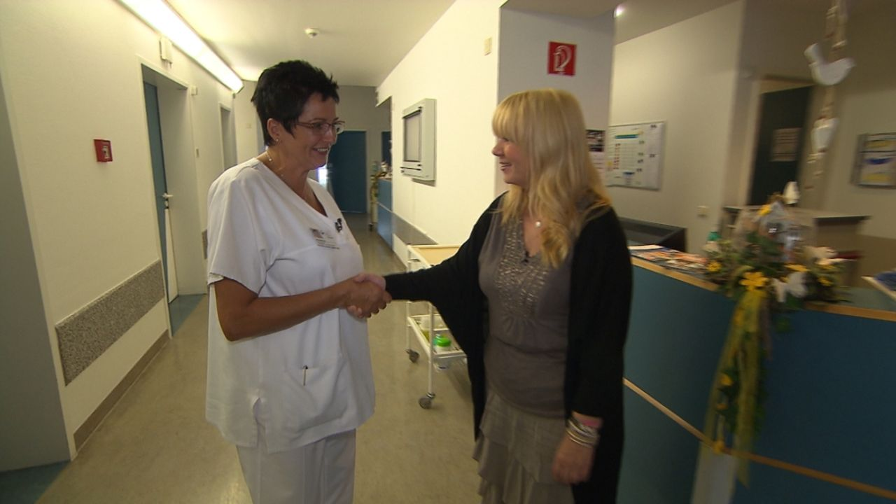Krankenschwester Ulrike (l.) bittet Julia (r.) um Hilfe, denn sie hat den sehnlichen Wunsch, ihren ehemaligen Pflegling Khulood wiederzusehen. Vor v... - Bildquelle: SAT.1
