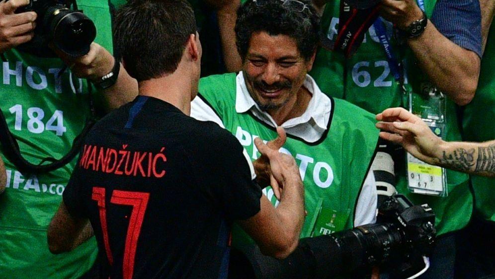 AFP-Fotograf Yuri Cortez (m.) und Mario Mandzukic (l.) - Bildquelle: AFPSIDMLADEN ANTONOV