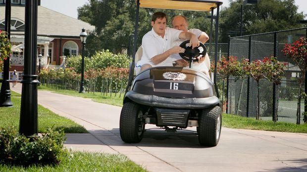 Sam (Kyle Bornheimer, l.) begleitet seinen zukünftigen Schwiegervater Dick (K...