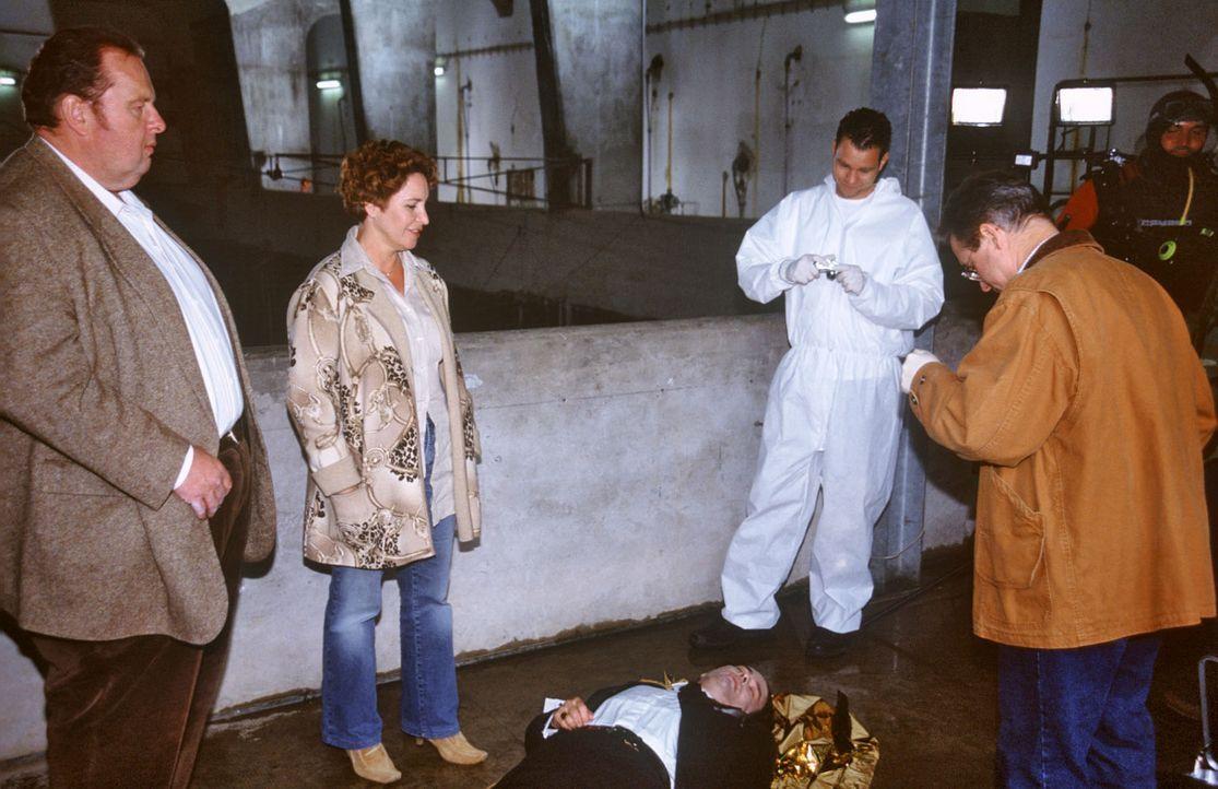 Der Bestattungsunternehmer Martin Bichler (Hans-Jürgen Stockerl, M. liegend) wurde tot im Walchenseekraftwerk angespült. Benno (Ottfried Fischer, l.... - Bildquelle: Magdalena Mate Sat.1