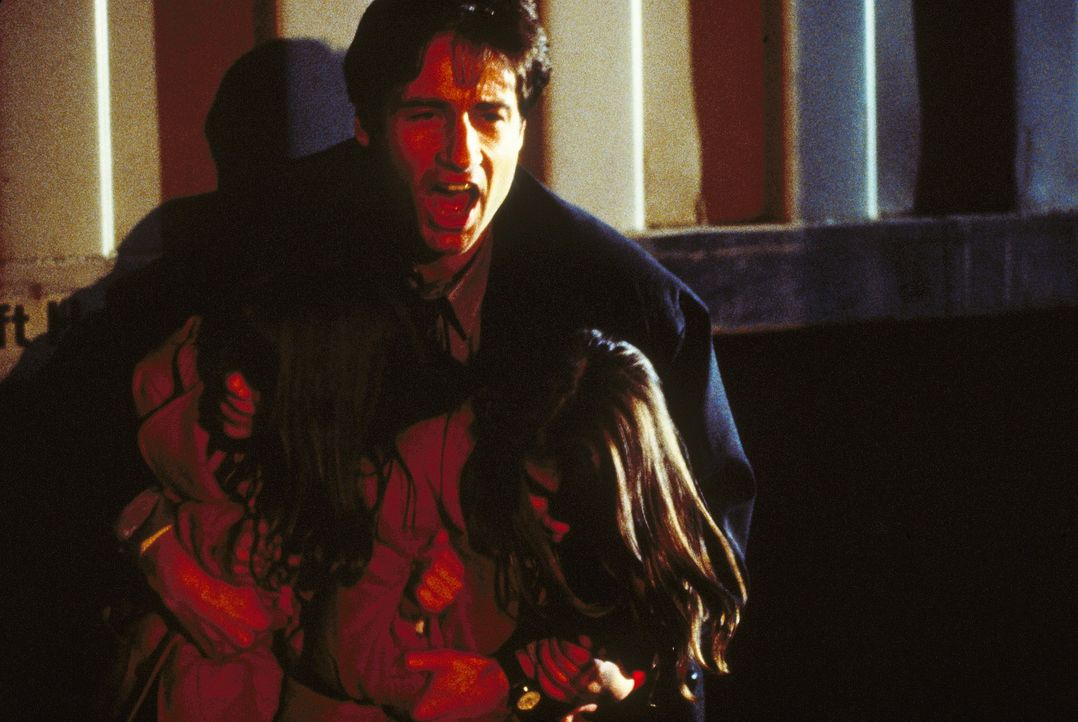 FBI-Agent Mulder (David Duchovny, M.) ist erschüttert, dass zwei im Reagenzglas gezüchtete Mädchen ihre Väter umgebracht haben. - Bildquelle: TM +   Twentieth Century Fox Film Corporation. All Rights Reserved.