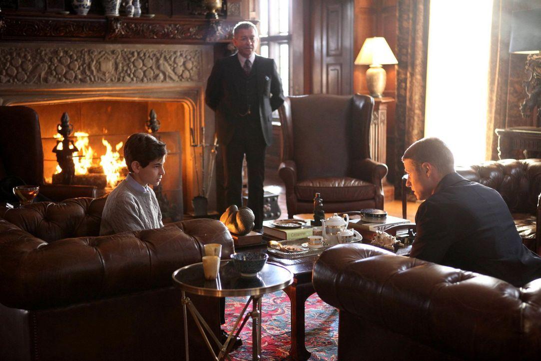 James Gordon (Ben McKenzie, r.) ermittelt in seinem ersten Fall und hofft von Bruce (David Mazouz, l.) und Alfred Pennyworth (Sean Pertwee, M.) Info... - Bildquelle: Warner Bros. Entertainment, Inc.