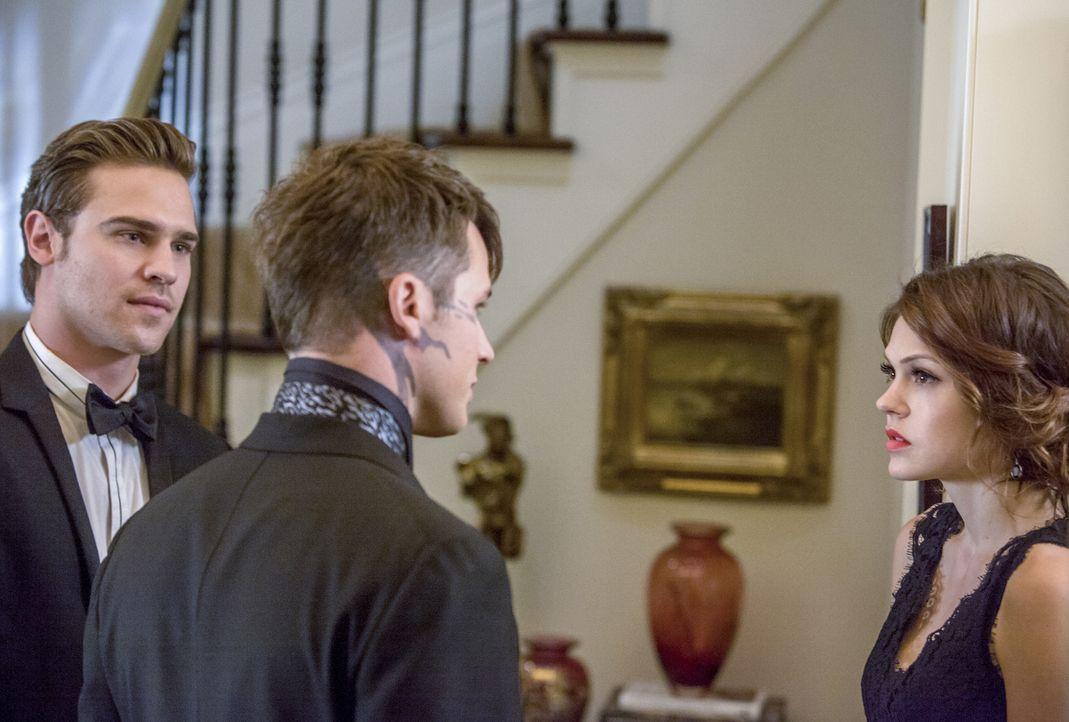 Roman (Matt Lanter, M.) fordert Grayson (Grey Damon, l.) auf, Emery (Aimeé Teegarden, r.) endlich die Wahrheit über sich zu erzählen. Als er dann er... - Bildquelle: 2014 The CW Network, LLC. All rights reserved.