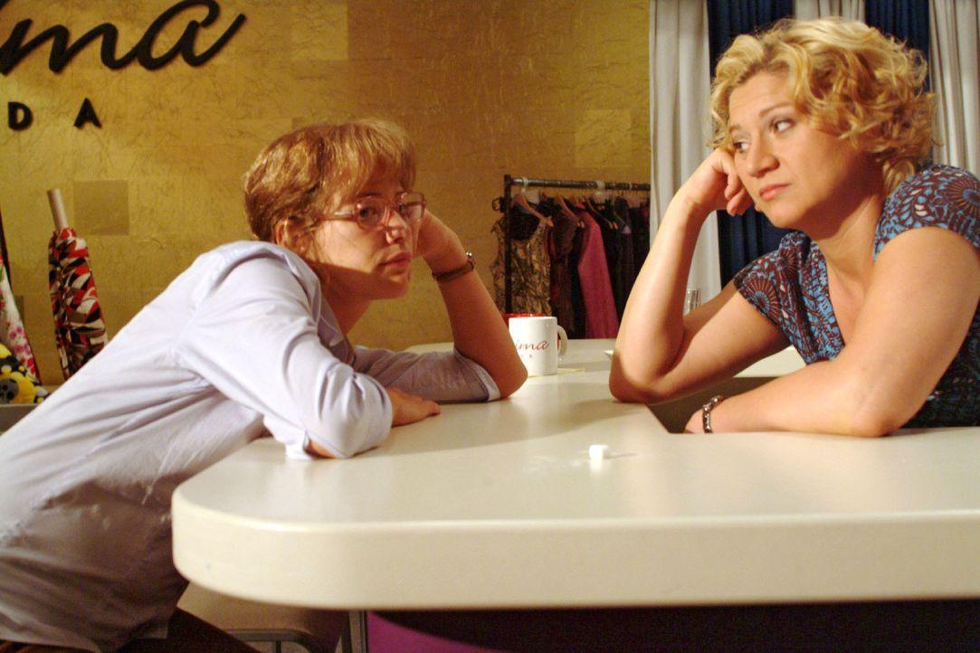 Agnes (Susanne Szell, r.) möchte wissen, wo Lisa (Alexandra Neldel, l.) in ihren 25. Geburtstag reinfeiern möchte - doch die hat ganz andere Sorge... - Bildquelle: Monika Schürle Sat.1