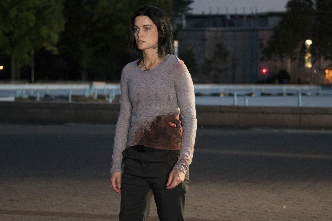 """Auf Jane (Jaimie Alexander) wartet eine riesige Überraschung, als sie ihr neuer Kontaktmann zu einem Treffen mit dem sagenumwobenen """"Shepherd"""" bring... - Bildquelle: Warner Brothers"""