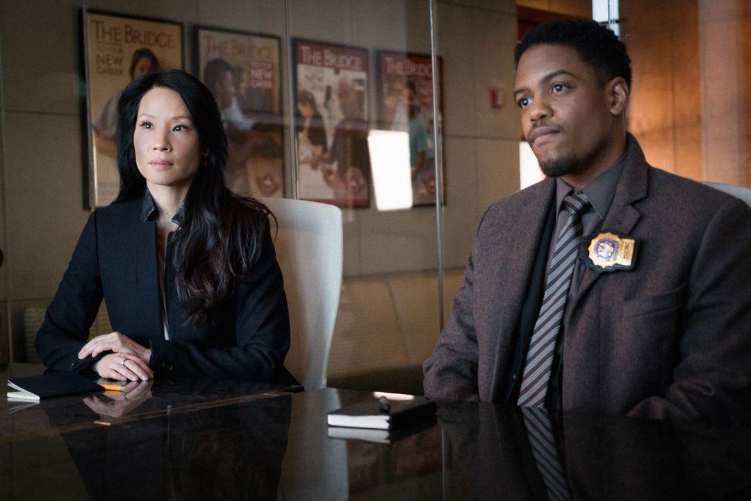 Watson (Lucy Liu, l.) und Bell (Jon Michael Hill, r.) investigieren in einem College, das für seine illegalen Anwerbetaktiken bekannt ist und mit zw... - Bildquelle: Michael Parmelee 2015 CBS Broadcasting Inc. All Rights Reserved.