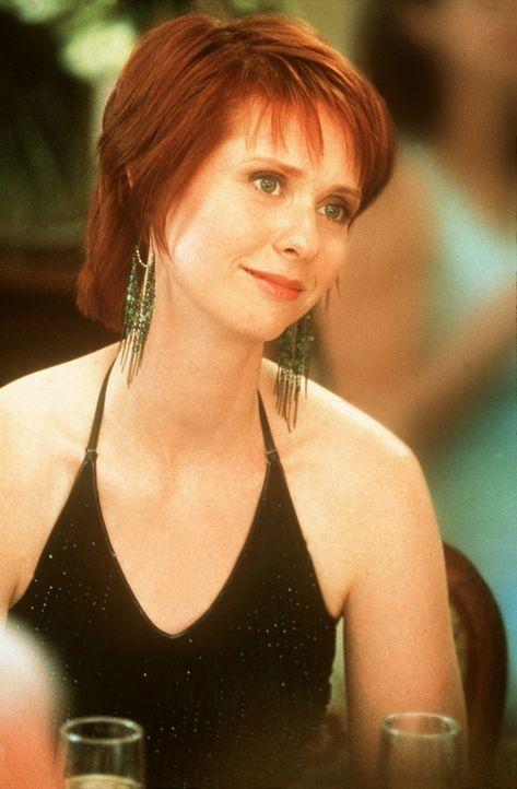 Miranda (Cynthia Nixon), die noch einen Partner für die Hochzeitsfeier braucht, gibt  sich, als sie den sympathischen Unfallarzt Harris kennen lern... - Bildquelle: Paramount Pictures