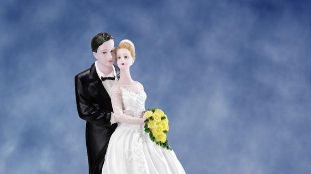 Kleine Hochzeitstorte mit Brautpaar