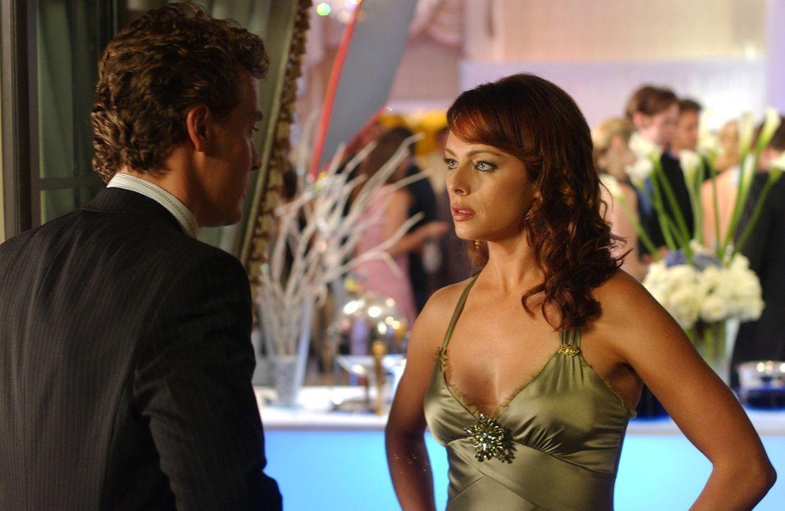 Da Julie (Melinda Clarke, r.) DJ nicht für den richtigen Freund für ihre Tochter hält, will sie die beiden trennen, doch Jimmy (Tate Donovan, l.)... - Bildquelle: Warner Bros. Television