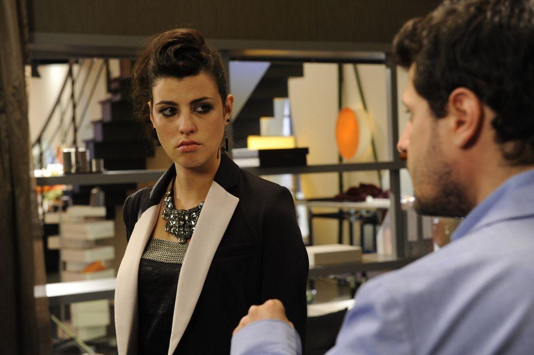Luca (Manuel Cortez, r.) will einfach nicht wahrhaben, dass Nina schuld am Tod von Carlas Bruder ist. Doch Carla (Sarah Mühlhause, l.) übt Druck a... - Bildquelle: SAT.1