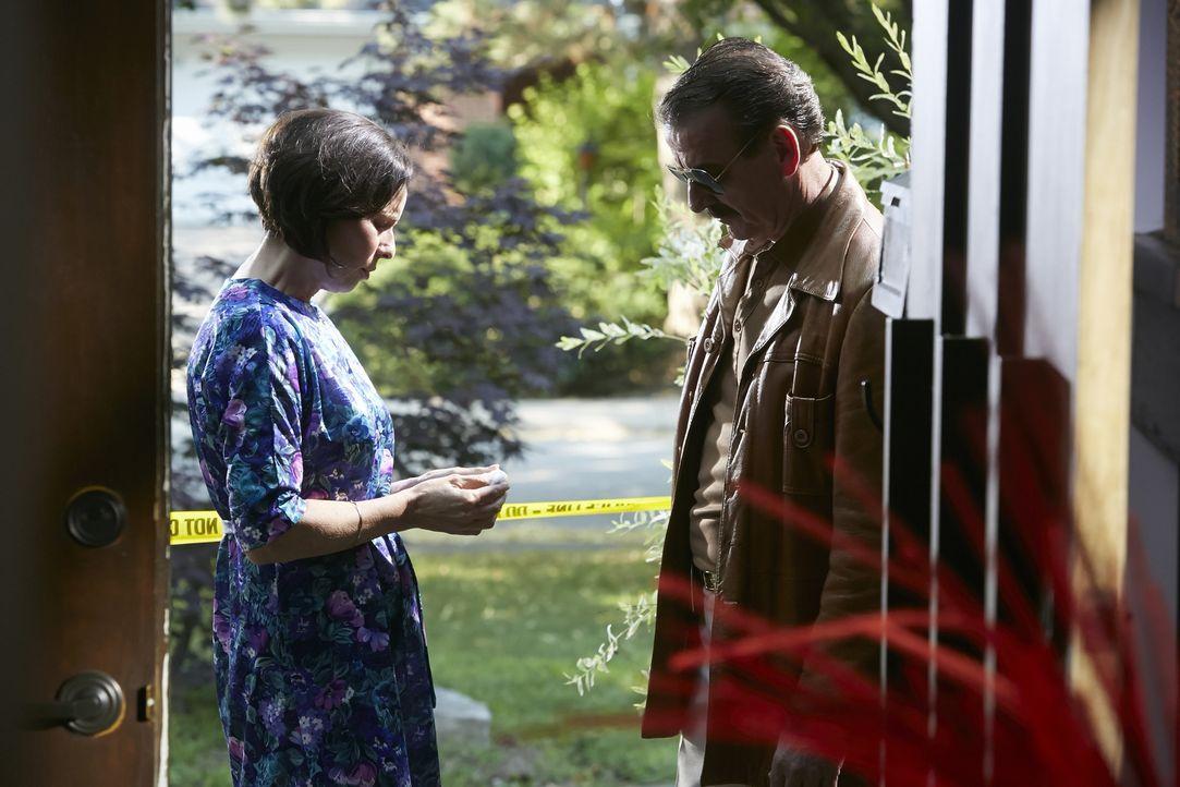 Wer hat Julie Reitz getötet? Ermittler Dave Bishop (Pat Mcmanus, r.) befragt Julies Mutter Candee Wilson (Mary Di Mambro) und befürchtet, dass sie e... - Bildquelle: Ian Watson Cineflix 2014