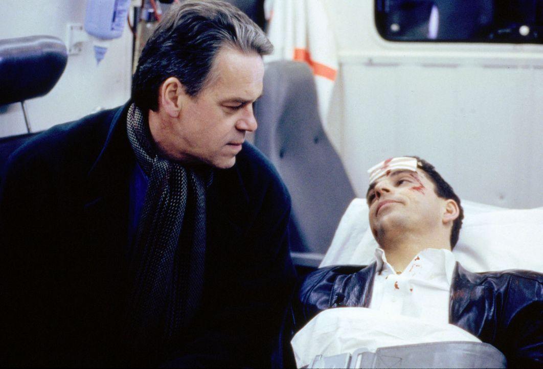 Mitten in der Nacht wird Wolff (Jürgen Heinrich, l.) in die Wohnung des Ex-Liebhabers der Ermordeten, Edgar Stolze (Martin Halm, r.), gerufen. Als... - Bildquelle: Alfred Raschke Sat.1