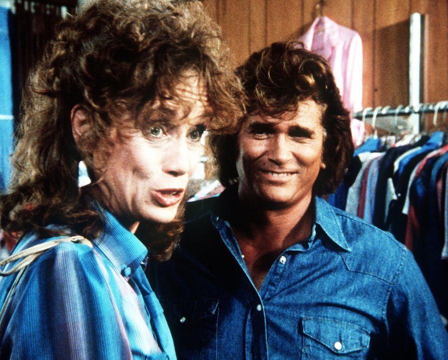 Susan (Jenny Sullivan, l.) und Jonathan (Michael Landon, r.) suchen neue Kleidung für Nguyen aus. - Bildquelle: Worldvision Enterprises, Inc.