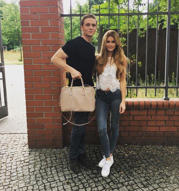 6. Eine Damenhandtasche tragen und dabei Bizeps zeigen - Bildquelle: instagram.com/matthiasschweighoefer